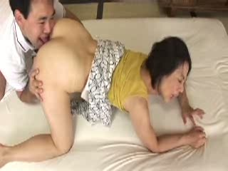 近親相姦で息子の肉棒で快楽を感じてしまう熟女妻。大きく綺麗なお尻を晒...