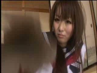 【ギャル】可愛いギャル女子校生をセーラー服姿のままオマ○コ弄って大潮吹き!
