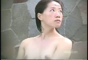 【温泉】露天風呂で盗◯した貧乳娘の入浴シーン