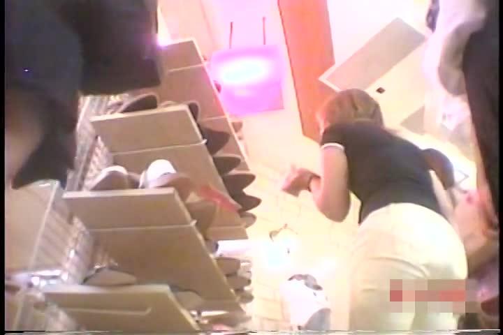 【観覧注意】シューズ売り場の本物JKパンチラ盗撮!まったく気付かれないで撮影する凄腕撮り師の危険映像!