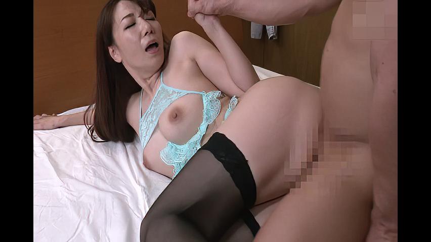 加藤あやの 「お母さん、なんて格好なんですか?」欲求不満の熟女母がセクシーな下着で息子を誘惑して生SEX!